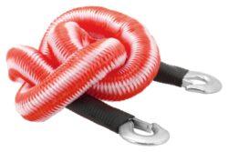 Lano tažné pružné 3000kg s karabinami-Pružné autolano, tažné lano pro osobní automobily do celkové hmotnosti 3000 kg. Lano je uloženo v praktické na zip uzavíratelné brašně.  Pružné lano je z původních 1,5 m možné protáhnout až do délky 3,5 m. Díky těmto skvělým vlastnostem, je možné plynulé rozjíždění při tažení a menší opotřebení tažných ok a dalších důležitých částí karoserie a podvozku vozidel.  Konstrukce kovových háků zaručuje vysokou pevnost a také bezpečně uchycení.